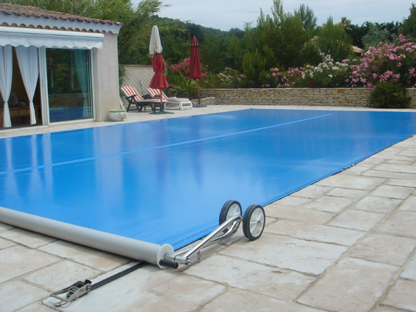 Une b che de piscine r volutionnaire decorer sa for Bache sous piscine