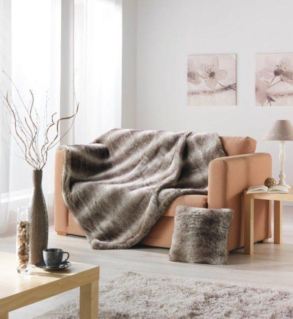 Plaid imitation loup brun doublé velours. Dimensions : 130 x 170 cm, 49,90 € (www.homemaison.com).