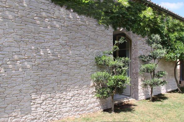relookez un mur gr ce au parement en pierres decorer sa. Black Bedroom Furniture Sets. Home Design Ideas