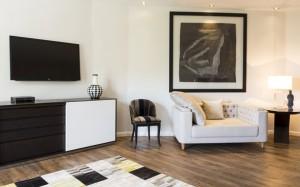 Les meubles d'époque superbement restaurés et les peintures inspirées donnent à ce salon une personnalité unique.