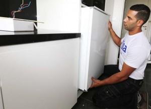 Placé sous le four, le réfrigérateur est encastré dans le meuble et fixé sur celui-ci. Une fois, en place, il ne reste plus au poseur qu'à ajuster l'ouverture de la porte.