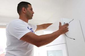 L'installation de l'éclairage à LED sous meuble nécessite le passage d'une alimentation électrique par le vide sanitaire prévu à cet effet et situé derrière le meuble.
