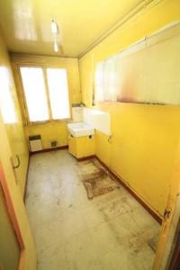 Dès la conception de la cuisine, il a fallu anticiper la réfection totale de la pièce avec les arrivées et évacuations. Un nettoyage profond a été nécessaire. Les fenêtres ont été changées, les murs lissés à l'enduit et le sol carrelé.