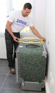 La pose du lave-vaisselle nécessite un réglage en hauteur identique à celui des meubles, afin que l'appareil s'insère parfaitement sous le plan de travail. Le modèle installé est un Bosch, largeur 60 cm.