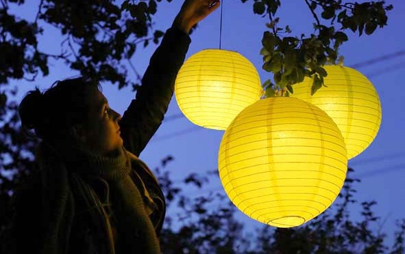 Créer un décor féérique avec des boules lumineuses
