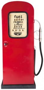 Pompe à essence Californie en métal, finition rouge antique, avec 2 étagères (219,90 €).