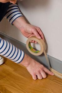 Protéger les plinthes ou les bas de mur avec du ruban de masquage