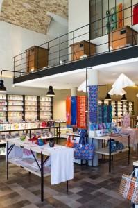 On retrouve tout l'univers Fragonard dans cette boutique qui offre une superficie de 180 m2.