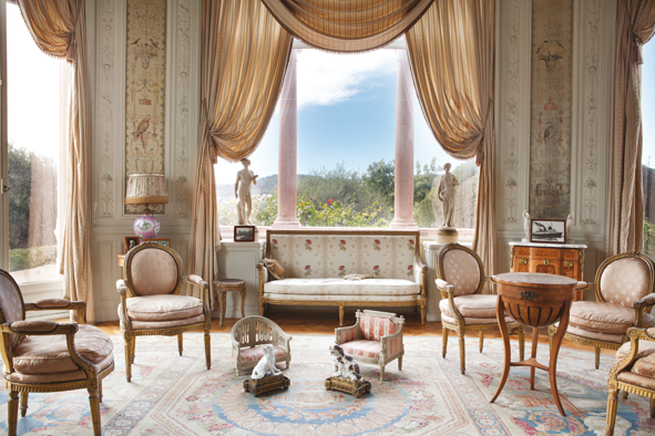 Dans les salons, très bel éventail des arts du XVIIIème siècle.