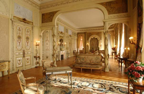 Ce salon le plus imposant de la villa, présente un aménagement somptueux. Les boiseries peintes du XVIIIe siècle proviennent de l'hôtel Crillon à Paris. Un des tapis porte le monogramme de Louis XV et provient de la chapelle royale du Château de Versailles. Un des joyaux de cette pièce est la table de whist de Marie-Antoinette aux piétements à volutes et au décor de perles, estampillé Dubois.