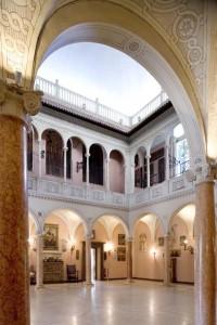 Le patio couvert surprend par ses dimensions. Ses grandes arcades soutenues par des colonnes en marbre rose de Vérone évoquent les villas italiennes de la Renaissance. Les collections qui s'y trouvent datent de l'époque médiévale et Renaissance.