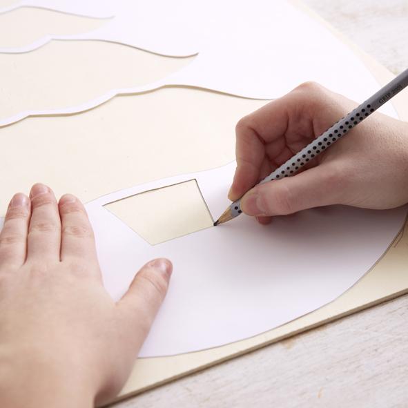 Utilisez un gabarit de façon à obtenir un sapin de Noël de 40 cm de haut et 25 cm de large. Découpez celui-ci et transférez la forme sur la planche de 60 x 40 cm.
