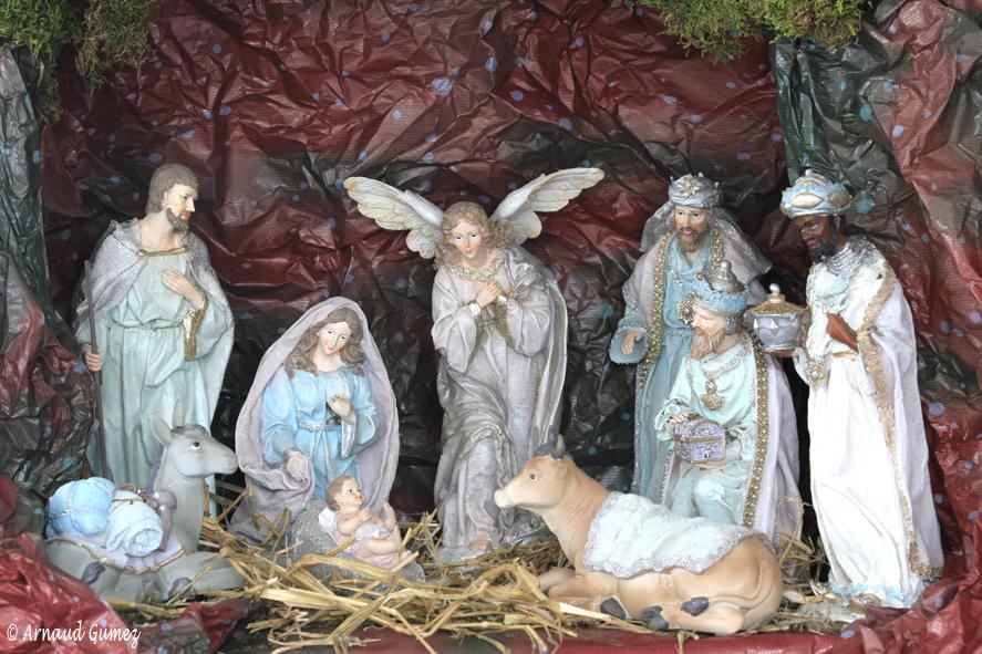 Les neuf santons Judith sont en résine, effet terre cuite. Marie, Jésus, Joseph, les 3 Rois Mages, l'ange Archange, l'âne et le bœuf permettent de réaliser une crèche à la fois sobre et élégante à l'œil. Les magnifiques figurines, d'une hauteur max. de 30 cm, sont peintes dans des tons pastel (99,99 €).