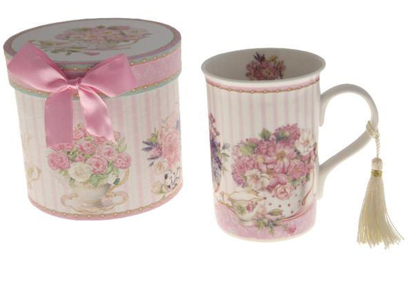 Deco Chic. Mug en porcelaine livré avec coffret. Hauteur : 10,5 cm. 14,90 € (www.decochic.fr).