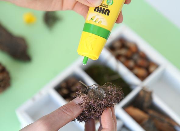 Etape 5 : Pour la mousse, les feuilles, le kraft, fixer en utilisant UHU Twist & Glue. Laisser l'ensemble sécher avant de placer à l'extérieur.