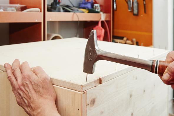 Lisser les arêtes des pièces avec l'outil multi-usage Dremel 3000 équipé de la bande de ponçage 408. Coller et clouer ensuite les côtés et la base ensemble avec de la colle et des clous. Terminer par les deux renforts qui viendront consolider le couvercle en les fixant à 50 mm des bords.  Notre astuce : pour un résultat efficace et rapide faire glisser le Dremel 3000 de manière régulière le long des arêtes.