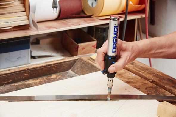 Pour customiser le coffre, dessiner les motifs de son choix sur la partie extérieure du couvercle. Pour graver les motifs, utiliser le fer à souder Dremel VersaTip ou l'outil multi-usage Dremel 3000 muni de la fraise à graver 113.