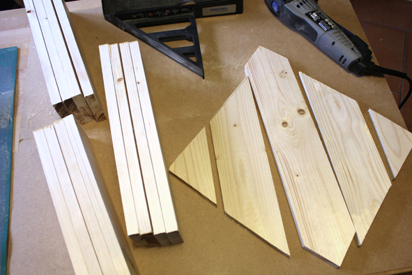 Etape 2 : Une fois les mesures reportées, utiliser la scie compacte Dremel L DSM20 équipée du disque à bois DSM500 pour couper les planches.  Notre astuce : pour faciliter le travail et réaliser des découpes précises des angles (idéal pour tracer des angles à 45°), utiliser le guide de découpe DSM840 qui fait office d'équerre. Pour plus de sureté, fixer le DSM840 à l'aide d'un serre-joint. Poncer ensuite les arêtes et lisser la surface au papier de verre pour des finitions optimales. Notre astuce : pour aller plus vite, vous pouvez vous aider d'un outil multi-usage type Dremel 3000 muni des bandes de ponçages 408 et 432 (fournies avec la machine).