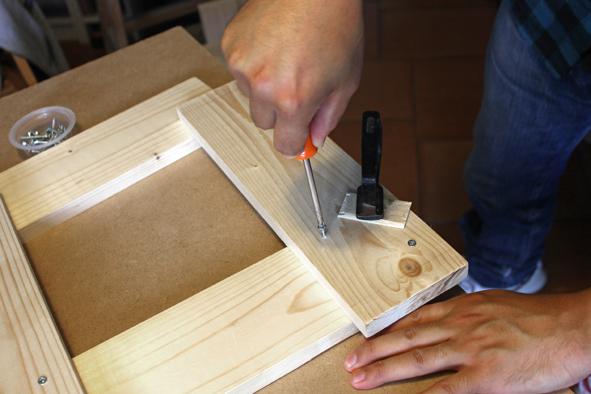 Etape 3 -1 Assembler les différents éléments du tabouret. Commencer par l'assemblage de la structure avec des vis cruciformes, en premier lieu les 4 faces l'une après l'autre :  • deux fois : 2A + 1 C  •  deux fois : 2B + 1C  Prendre soin de fixer la verticale C à 18 mm des bords des côtés B. Pour ce faire, il est recommandé de s'aider d'une épaisseur de planche pour tracer un repère.