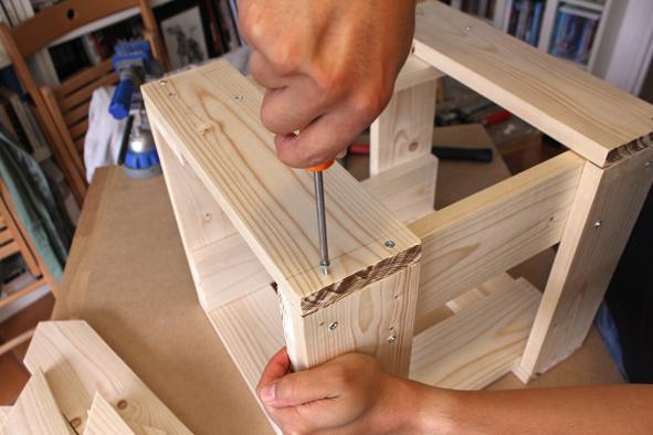 Etape 3 -2 Assembler ensuite ces 4 faces pour former la structure avec des vis cruciformes.
