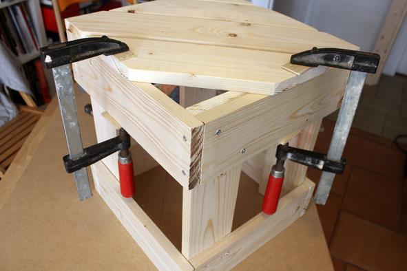 Etape 3 -3 Fixer ensuite les lattes de l'assise du tabouret avec la colle à bois. Étaler la colle au pinceau ou à la spatule, assembler les pièces puis laisser sécher le tout maintenu par des serre-joints. L'association vis + colle permet de garantir une solidité maximale à la structure du tabouret.