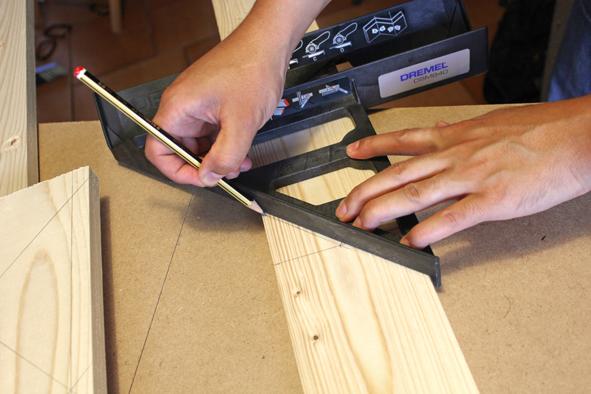 Etape 1 : Mesurer les 17 planches et tracer les lignes délimitant les coupes selon la liste de découpe. Le châssis du tabouret mesure 42 cm de hauteur et 37 cm de largeur.
