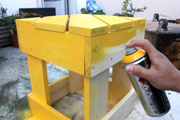 Etape 4 Mettre une couche de peinture en bombe sur l'ensemble des éléments qui composent le tabouret (couleur de votre choix, en fonction de vos envies). Une fois la peinture sèche, passer une couche de vernis sur l'ensemble du tabouret. Laisser sécher quelques heures.