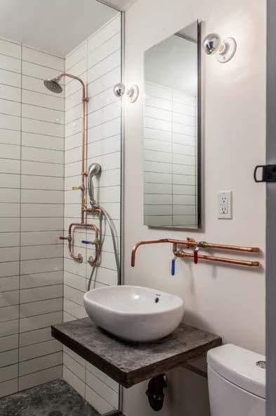 Canalisations cuivre apparentes : l'atout déco des petits espaces. Les architectes de l'agence Co-Adaptative Architectures souhaitaient donner à ce studio de Cobble Hill à New-York, une apparence épurée et chaleureuse. Ce qui crée l'originalité du lieu, ce sont les canalisations en cuivre, habituellement cachées, qui sont ici exposées au grand jour, dans la cuisine ouverte et la salle-de-bains, transformant les tuyaux en véritable objet de décoration. © Peter Dressel