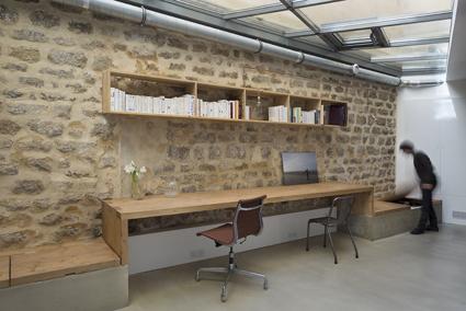 Des tuyaux en cuivre pour recréer une ambiance atelier. L'architecte Maxime Jansens a transformé en loft une ancienne menuiserie de 130 m² située dans le 10ème arrondissement de Paris. Pour créer le réseau électrique sans dénaturer les murs de brique, des tubes de cuivre ont été installés en applique. Ils jouent le rôle de gaine et donnent au lieu un aspect brut. Le style d'inspiration « loft » prône l'utilisation des matériaux d'origine (métaux, bois, briques, béton) et la mise en avant des aspects fonctionnels des bâtiments : conduits, gaines et tubes métalliques s'exposent aux yeux de tous pour créer une ambiance de fabrique. © Cécile Septet
