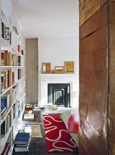 Cet élément en cuivre est multifonction : au premier étage, il abrite une penderie et une étagère à chaussure. Au second, il sépare deux chambres et fait office de placard. © Catherine Tighe