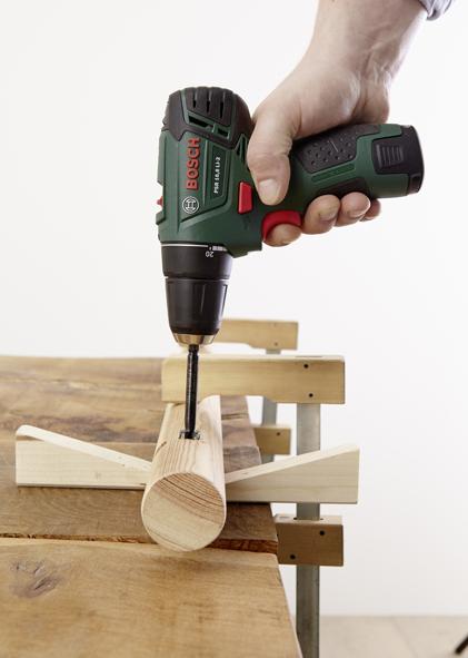ÉTAPE 4 Avant de pouvoir percer les trous des pieds du range-chaussures sur la partie inférieure, des lignes de repère doivent être tracées comme pour l'étape 1. Pour une tenue stable, la distance des lignes de repère par rapport à la ligne médiane doit être de 10 mm. Marquer ensuite les trous pour deux pieds à une distance d'environ 5 cm du bord de chaque côté. Ensuite, percer verticalement les trous dans le bois rond à l'aide de la perceuse-visseuse sans fil et d'une mèche à façonner «Forstner» (15 mm).