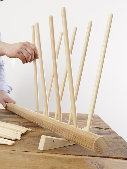 ÉTAPE 5 Pour finir, effacer soigneusement toutes les lignes de repère et placer les supports à chaussures et les pieds dans les trous. Si on le souhaite, il est possible d'enduire au préalable les baguettes d'un peu de colle à bois pour leur donner une tenue supplémentaire.